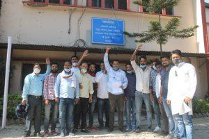 EC road istith UPCL k office me gyapan dete yuva congressi (5)